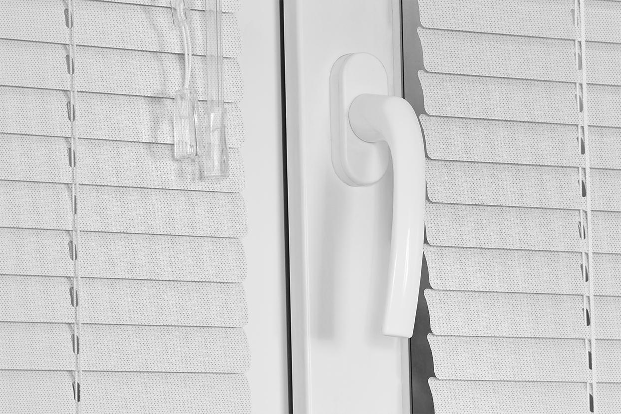10205 Blanco Perforado. Corinas venecianas de fabricación propia